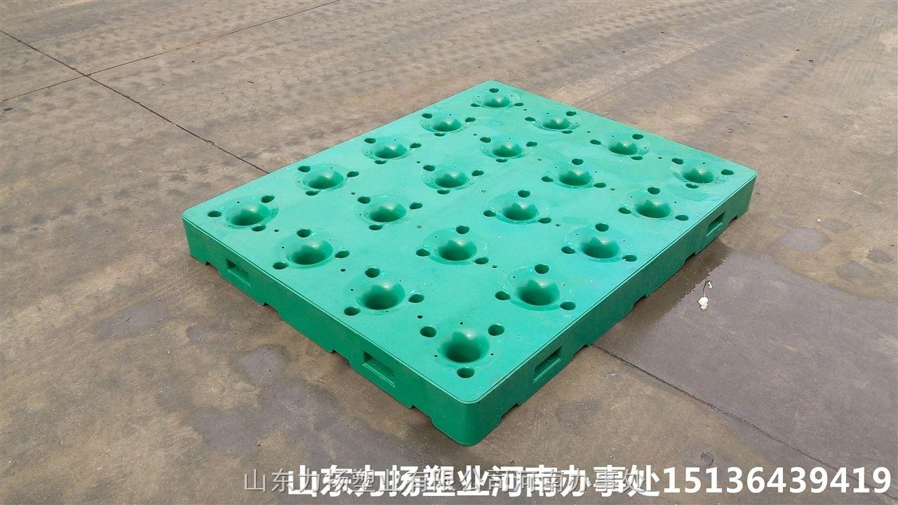 随着塑料托盘在各行业使用频率和适用范围越来越广,这就需要根据特定的产品开发相应适用的模具,力扬塑业根据农夫山泉提出的需求,特开发出桶装水专用塑料托盘,很好的满足桶装水行业产品周转,存放,搬运,货运的需求。 【实拍图】   【配套使用托盘】 欢迎联系:0371-65331820,15136439419杨。